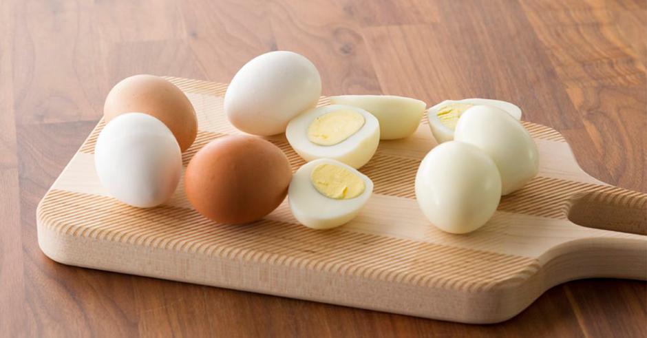 ترفندی برای به آسانی جدا کردن پوست تخم مرغ آب پز