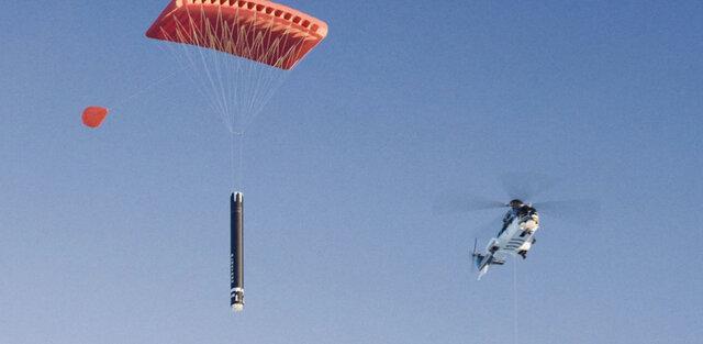 راکت لب موشک ها را در هوا می گیرد