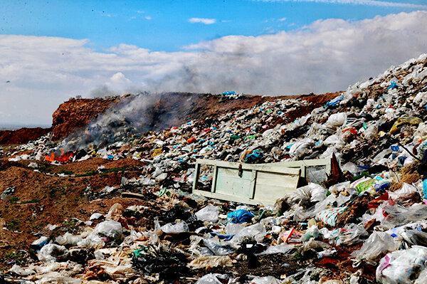 ردپای جویندگان پسماند بازیافتی بر زباله های روستای سیدآباد ، نگرانی نسبت به انتقال کرونا به روستا