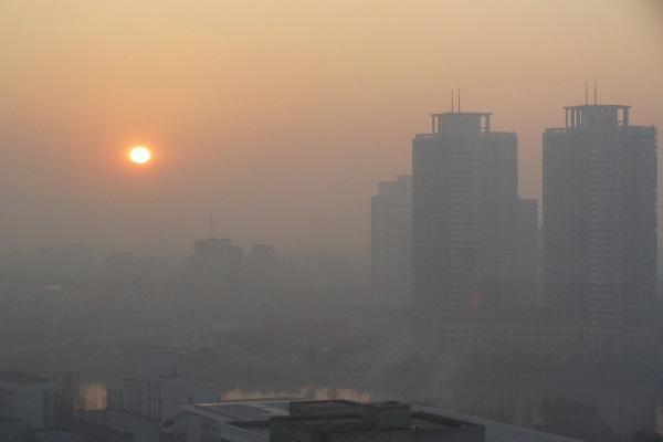 خطر تشدید کرونا در شهرهای با هوای آلوده و توصیه وزارت بهداشت