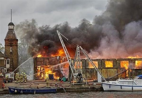 آتش سوزی بزرگ و برخاستن دود غلیط از آسمان جنوب غربی لندن