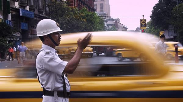 تور ارزان هند: صحنه زیبایی که پلیس هند در خیابان رقم زد